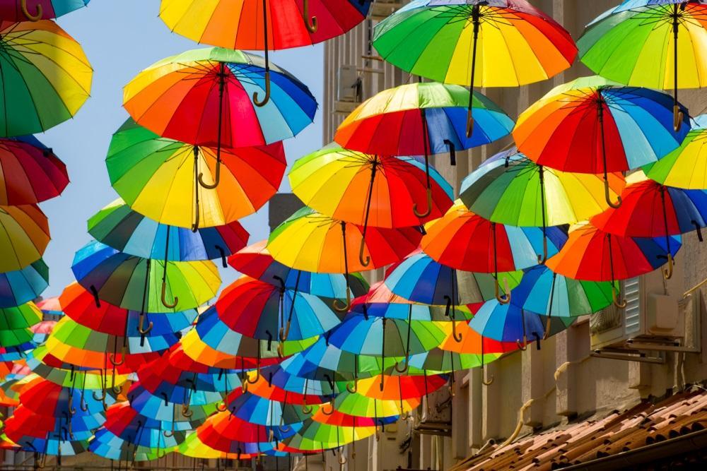 Gekleurde paraplu in straat